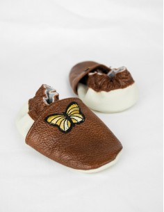 Hnědé capačky s motýlkem